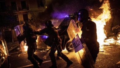 Photo of У Барселоні протестувальники влаштували підпали, на центральних вулицях зводять барикади