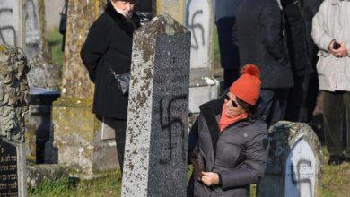 Photo of У Франції обмалювали свастикою більше 100 могил на єврейському кладовищі