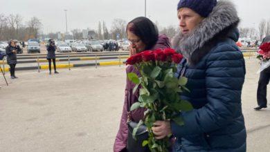 """Photo of У """"Борисполі"""" збираються родичі загиблих в авіакатастрофі МАУ в Ірані: відео"""