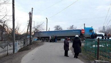 """Photo of В'їзд до санаторію Нові Санжари заблоковано фурою, яка """"зламалася"""""""