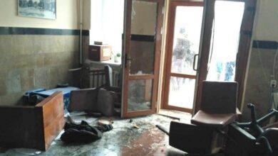 Photo of Побили вікна і меблі: у Жмеринці люди в масках увірвалися у міськраду