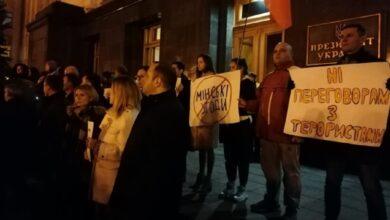 Photo of На Банковій протестують проти визнання бойовиків суб'єктом переговорів: фото