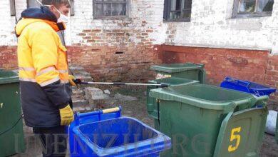 Photo of Як ніжинські комунальники дезінфікують сміттєві баки. Відео