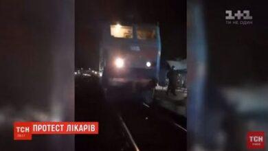 Photo of Медики з Ніжина заблокували рух потягів, бо їм відмовили у проїзді на Київ. Відео