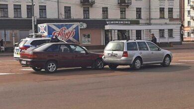 Photo of На майже пустій центральній площі не розминулись два автомобілі. Фото
