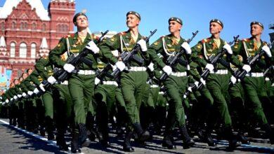 """Photo of Під час коронавірусу росіяни вигнали тисячі військових репетирувати """"пабєдабєсний"""" парад – відео"""