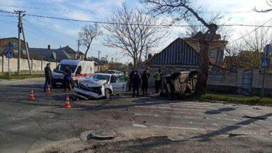Photo of Поліцейське авто зіткнулося з легковиком у Херсоні: одна з машин перекинулась – 5 потерпілих