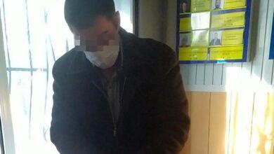 Photo of Чоловік погрожував ножем поліцейському через зауваження про відсутність маски: що йому загрожує