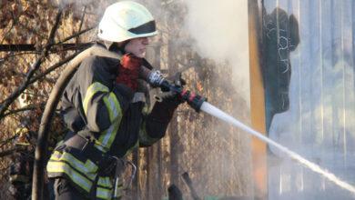 Photo of У Києві через пожежу трав'яного настилу загорівся склад