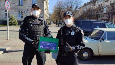 Photo of У Черкасах поліцейські роздають людям маски