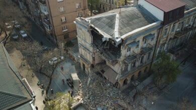 Photo of Дивом врятувалися: в Одесі поруч з перехожими завалився будинок XIX століття