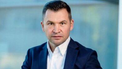 Photo of Сидів у трусах: румунський міністр зганьбився у прямому ефірі