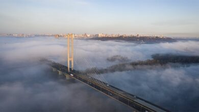 Photo of Не могли злізти: у Києві малолітніх альпіністів зняли із Південного мосту