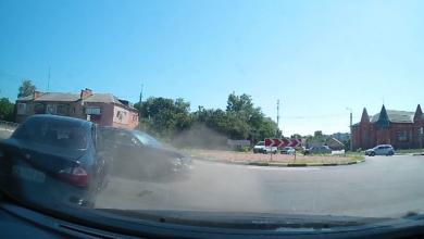 Photo of Не пропустив автомобіль на кругу. Відео ДТП біля зупинки Об'їжджа