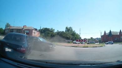 Photo of Відео ДТП біля зупинки Об'їжджа за участі 3-х авто