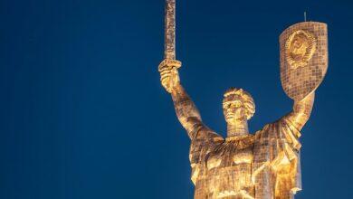 Photo of Україна за сім'ю: над монументом Батьківщина-мати підняли український прапор