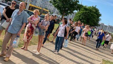 Photo of Від запаху води в кранах задихаєшся: у Мінську величезні черги за водою