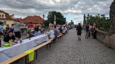 Photo of 515-метровий стіл та тисячі людей: у Празі влаштували прощальну вечірку коронавірусу