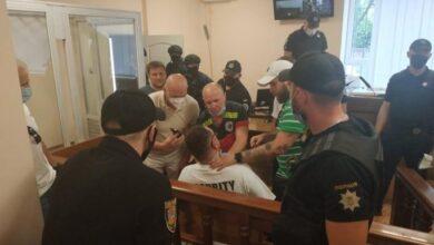 Photo of В Одесі блогер Домбровський у залі суду полоснув себе лезом по шиї (18+)