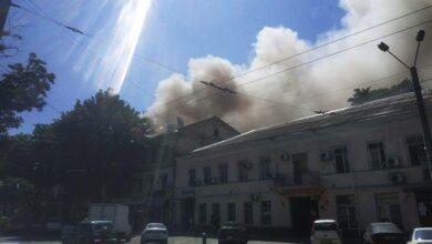 Photo of У центрі Одеси горить житловий будинок, постраждав рятувальник