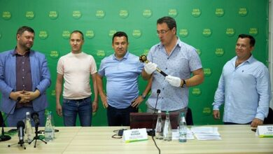 Photo of У Слузі народу пояснили символізм булави Зеленського з однойменного фільму