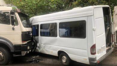 Photo of У Дніпрі вантажівка в'їхала у мікроавтобус, 9 осіб постраждали