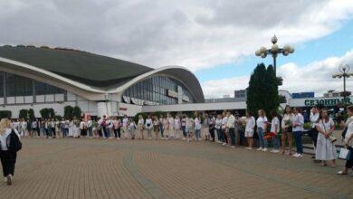 Photo of Припиніть нас бити: 250 дівчат в білому і з квітами утворили ланцюг в Мінську