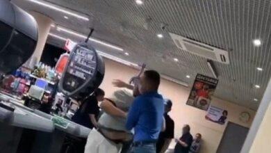Photo of Браво охоронцю: у Запоріжжі чоловік без маски влаштував бійку в супермаркеті