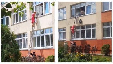 Photo of Драбину тримав поліцейський: у Білорусі бюлетені із дільниці винесли через вікно