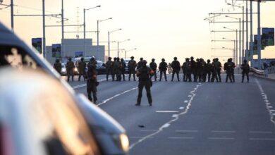 Photo of Б'ють кийками авто і забирають у відділок: у Мінську силовики придушують протести