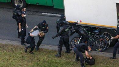 """Photo of Лежать на землі """"штабелями"""": очевидці зняли затриманих у мінському РУВС"""