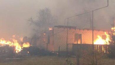 Photo of Поліція показала палаючі будинки на Луганщині, мешканців евакуйовують