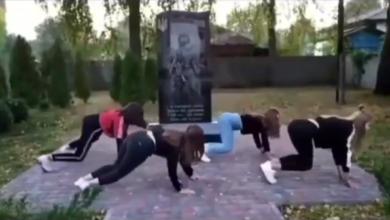 Photo of Танцювали тверк біля меморіалу загиблим воїнам АТО. Поліція вже розшукала цих школярок