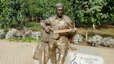 Photo of Бернес знову постраждав від ніжинців: зламали гітару
