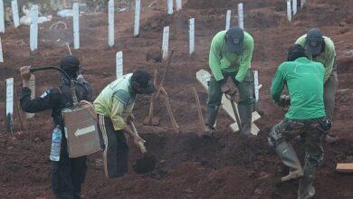 Photo of В Індонезії порушників карантину відправили копати могили