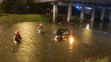Photo of Заблоковані авто і повалені дерева: в Івано-Франківську злива затопила місто