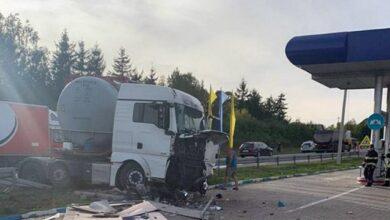 Photo of На Хмельниччині легковик зіткнувся з вантажівкою: 7 травмованих, серед них діти