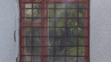 Photo of Хотів потрапити додому: у Миколаєві чоловік застряг у решітці вікна