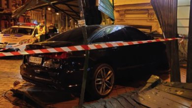 Photo of ДТП в Києві на Золотих воротах: авто збило пішохода та протаранило будинок