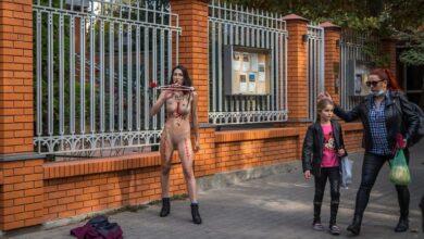 Photo of Активістка Femen оголилася перед консульством Польщі в Одесі