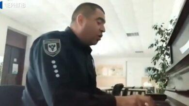 Photo of Дільничний з Ніжина зіграв на фортепіано і написав пісню про вибори. Відео