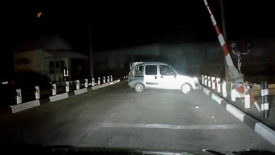Photo of Відкинуло на чергового: камера зняла аварію потяга і легковика в Енергодарі