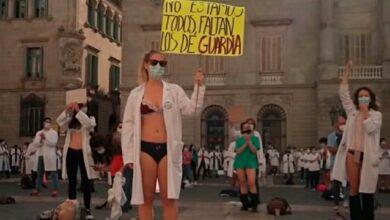 Photo of Беззахисні перед Covid-19: в Барселоні лікарі роздяглися на акції протесту