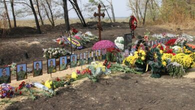 Photo of Квіти на згарищі: під Чугуєвом попрощалися з жертвами авіакатастрофи Ан-26