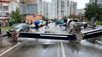 Photo of У Києві будівельний кран упав на людну вулицю, пошкоджено авто