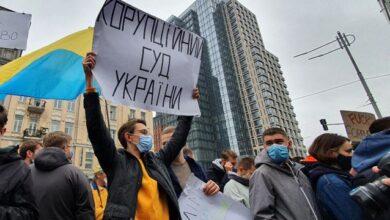 Photo of Відправимо суддів-зрадників в Ростов: під КСУ палять фаєри і кидають димові шашки