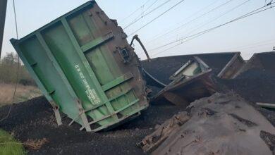 Photo of У Кривому Розі зійшли з рейок 14 вагонів вантажного потягу