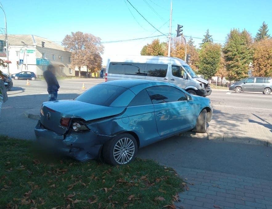 Під Києвом сталася ДТП: машина влетіла у зупинку