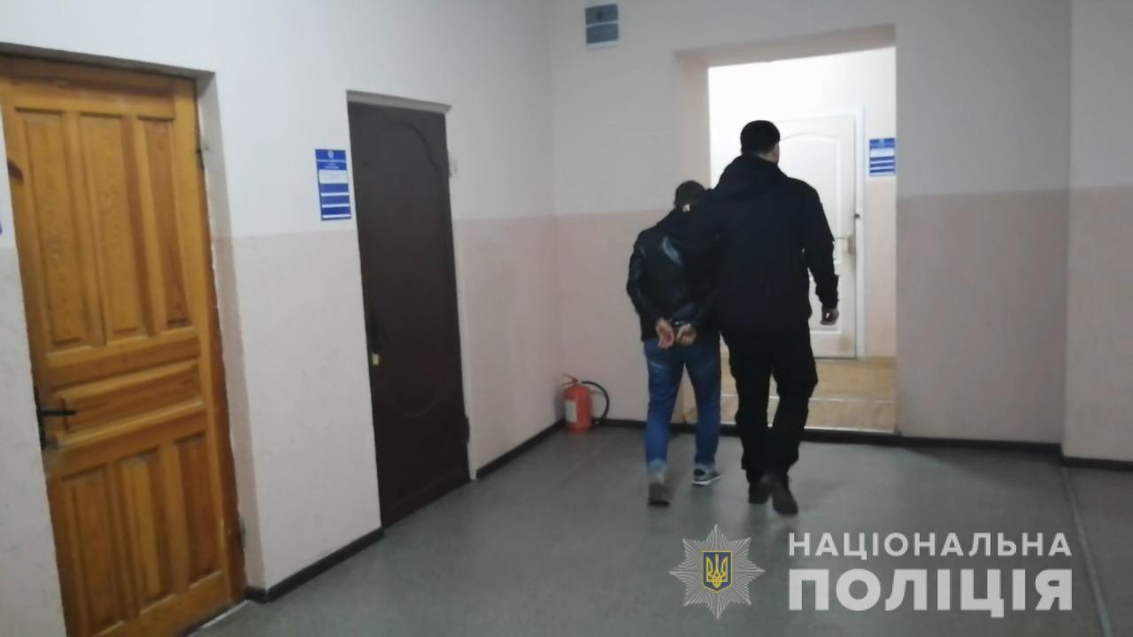 В Одесі вітчим ґвалтував 7-річну падчерку, поки мама була на роботі (ФОТО,ВІДЕО)
