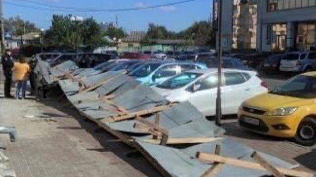 У Черкасах на автомобілі впав паркан – фото